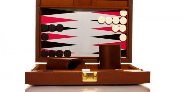 Spil backgammon eller et andet spil, hvis du vil på en sjov og billig date