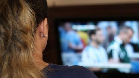 """Hemmeligheder #9: """"Det er SÅ nemt at blive hjemme i sofaen med tv'et"""""""